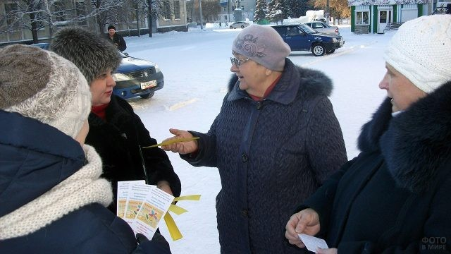 Волонтёры поздравляют пенсионерок в День Спасибо