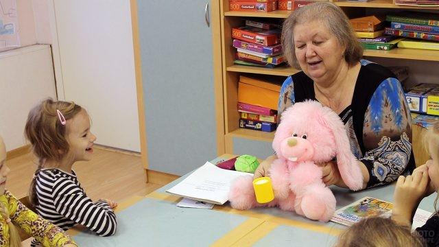 Воспитательница детского сада проводит весёлый урок вежливости