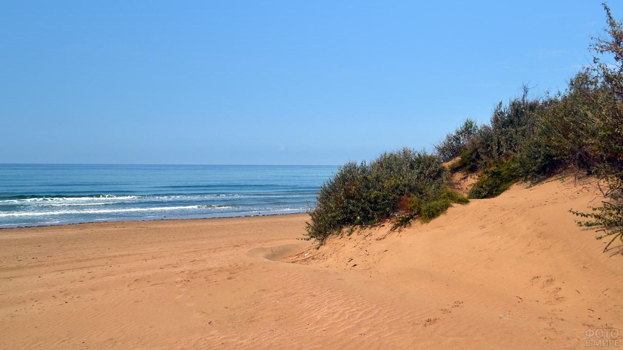Барханы и песчаный пляж