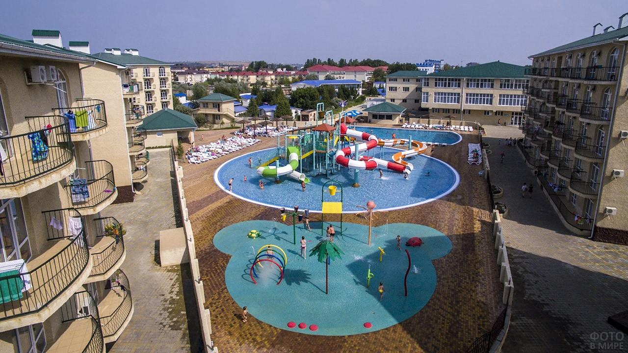 Двор отеля со своим детским аквапарком