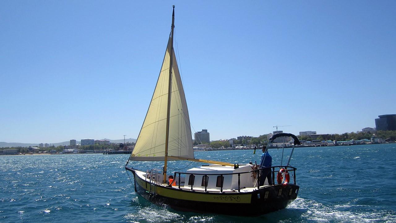 Прогулочная парусная яхта