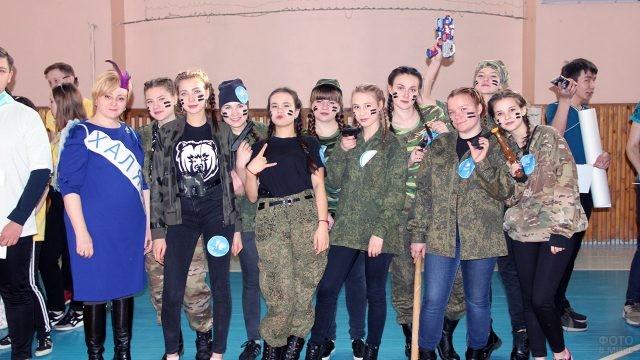 Девчачья команда КВН в камуфляжных костюмах