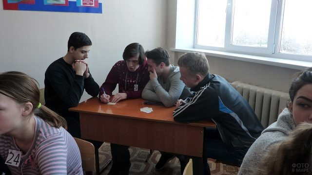 Команда студентов думает над вопросом викторины