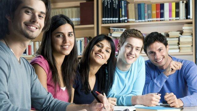 Пятеро студентов занимаются в библиотеке