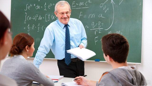 Преподаватель с улыбкой слушает ответ студента