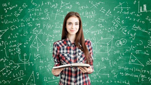 Студентка с открытой книгой у доски