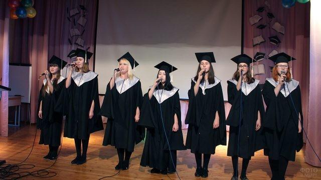 Студентки поют на праздничной сцене