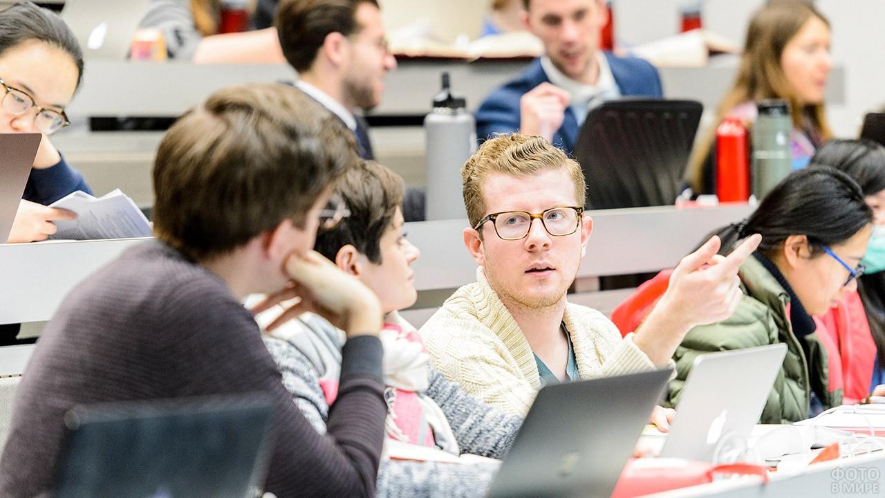 Студенты дискутируют в аудитории
