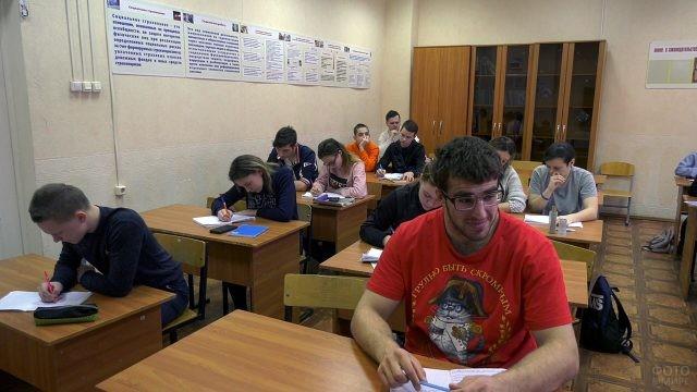 Студенты за партами