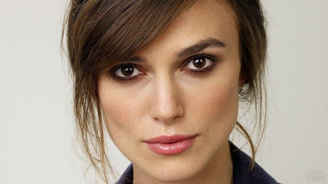 Актриса Кира Найтли на светлом фоне