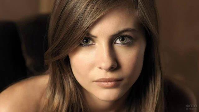 Актриса Уилла Холланд на коричневом фоне