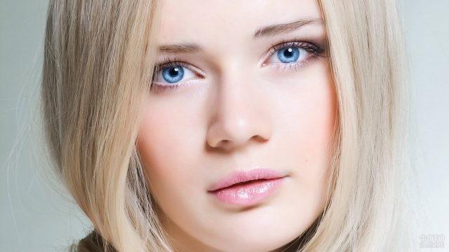 Блондинка с красивыми глазами