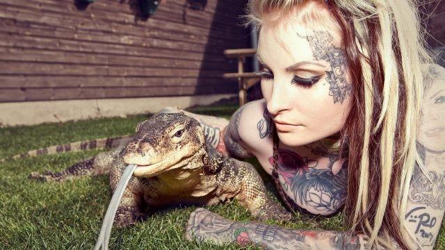 Девушка с татуировкой на лице и варан