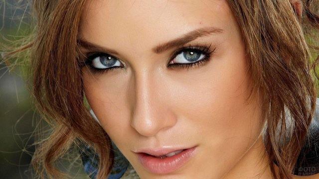 Красивая девушка с серыми глазами
