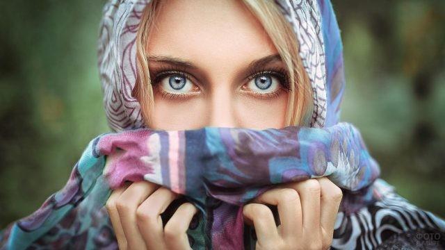 Лицо девушки в платке