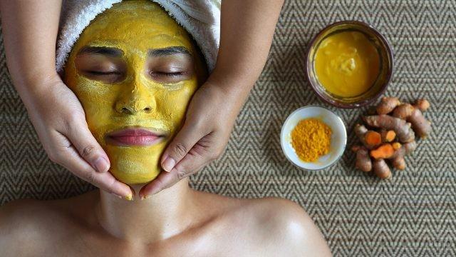 Нанесение лечебной маски на лицо