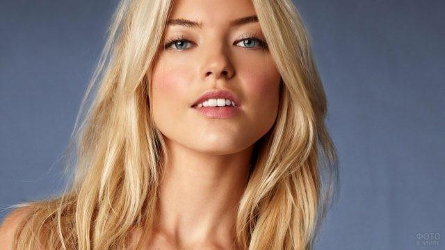 Сероглазая блондинка на сером фоне