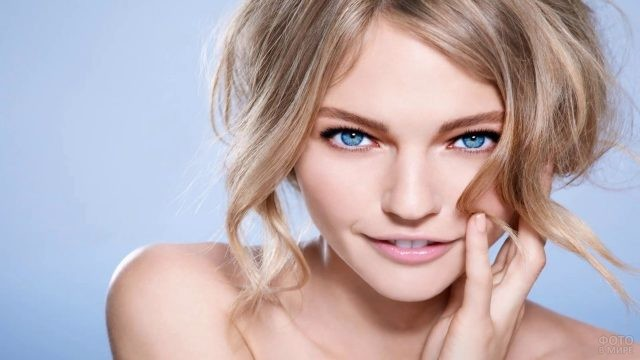 Симпатичная блондинка с голубыми глазами