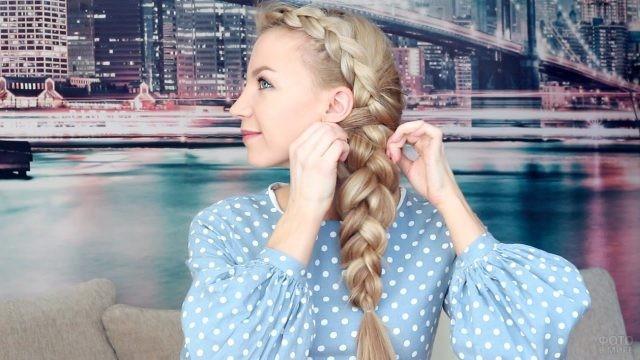 Блондинка показывает как плести косу