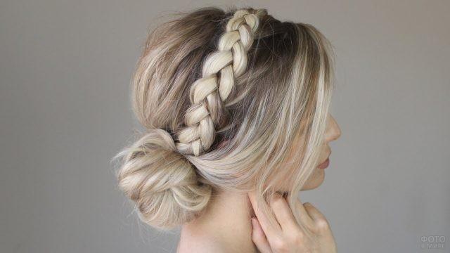 Блондинка с косичкой вокруг головы
