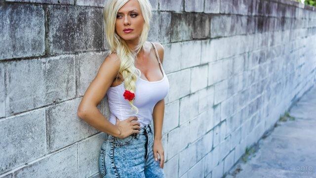 Блондинка с красным цветочком в косе