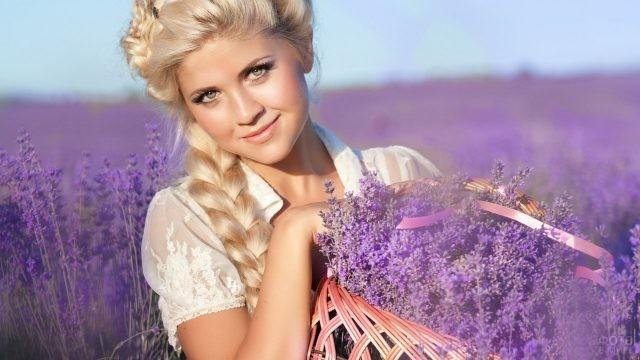 Блондинка в лавандовом поле