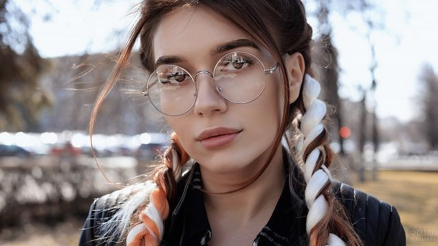 Девушка с цветными прядями в косах