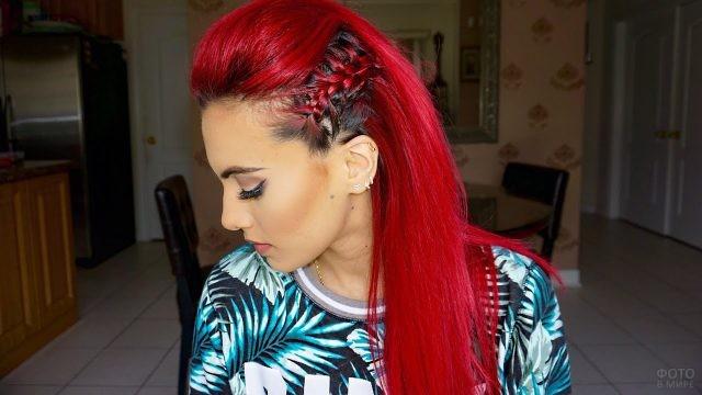 Девушка с красными волосами и колоском на боку