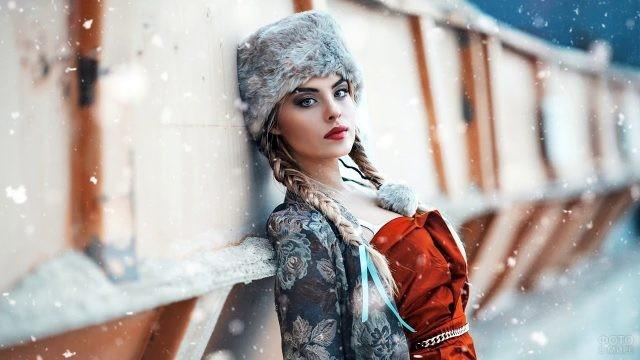 Девушка в платье и шапке