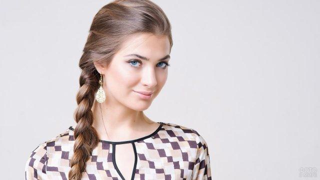 Голубоглазая русая девушка с косой