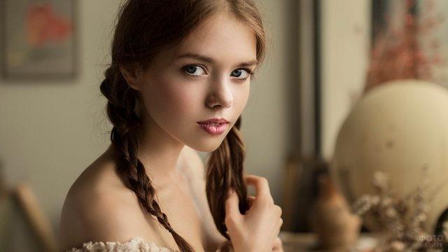 Молодая девушка с косичками