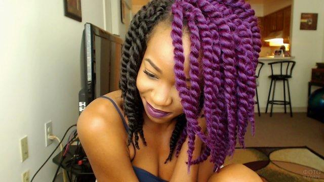 Негритянка с фиолетовыми жгутами из волос