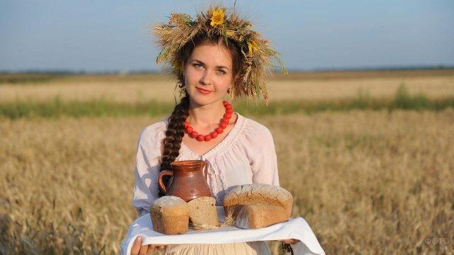 Русская девушка с косой, хлебом и солью