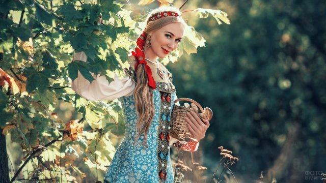 Русская красавица с красной лентой в косе и корзинкой грибов