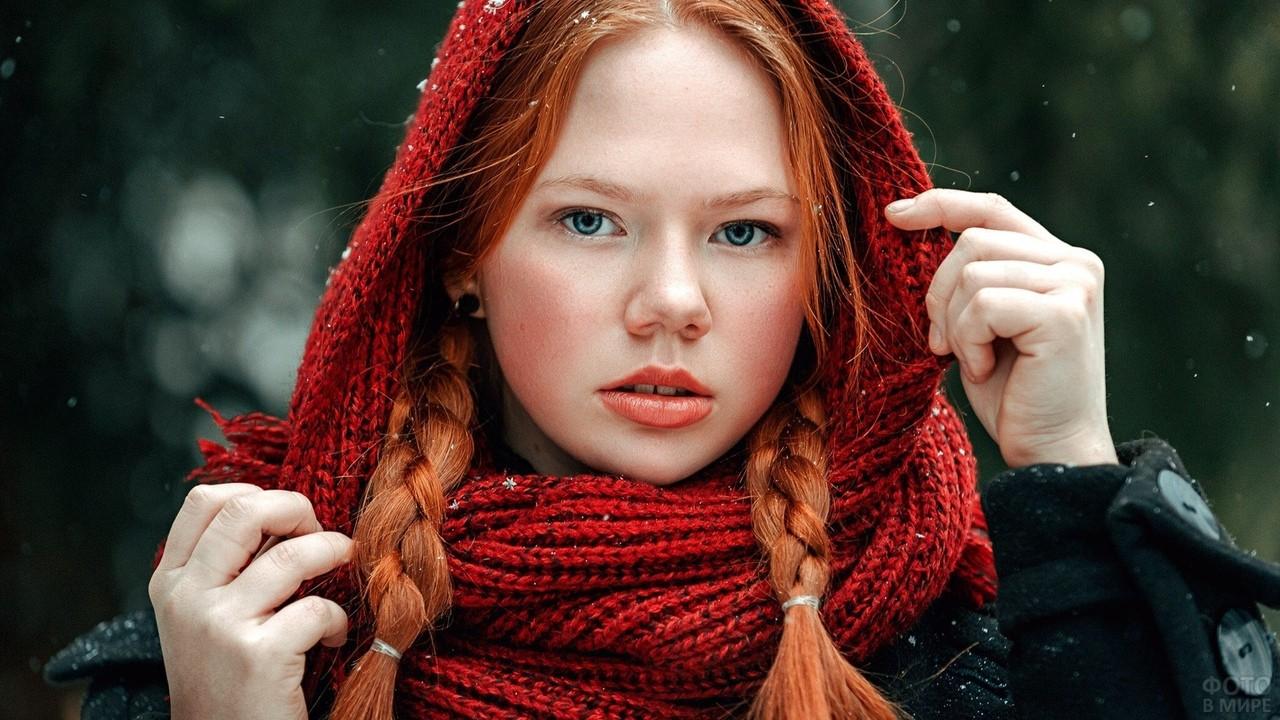 Рыжеволосая девушка в красном шарфе