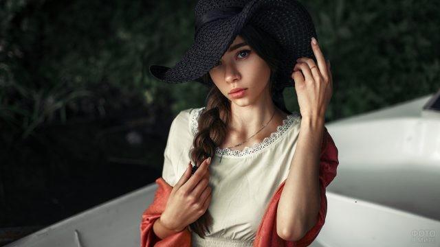 Шатенка в чёрной шляпке с косой