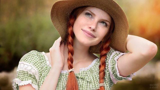 Задумчивая девушка с рыжими косичками в шляпке