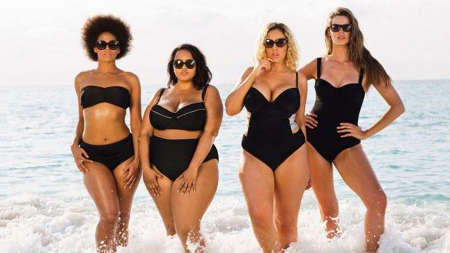 Четыре девушки в чёрных купальниках с разными фигурами