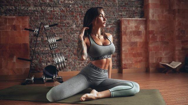Фитнес-модель в сером костюме