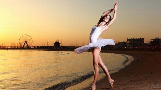 Миниатюрная балерина на берегу моря