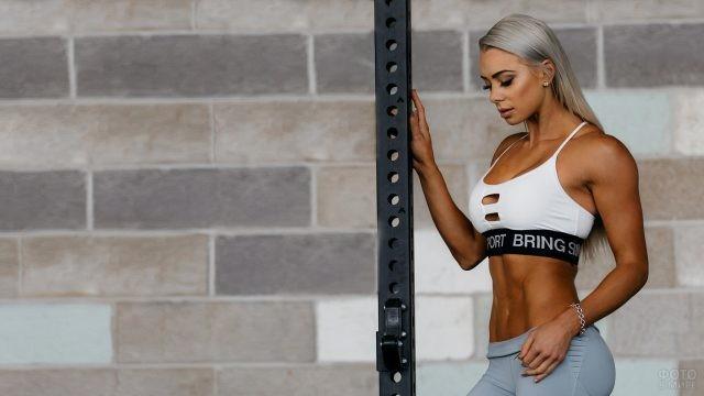 Смуглая блондинка со спортивной фигурой