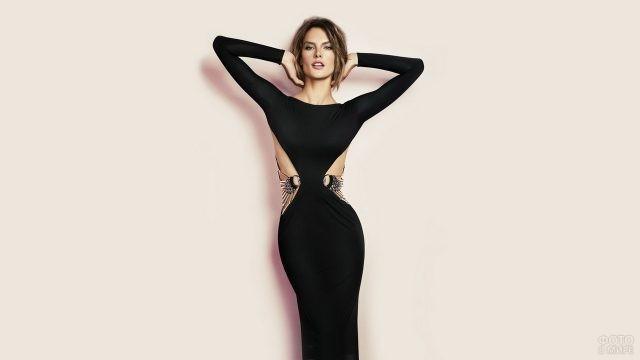 Стройная девушка в чёрном платье