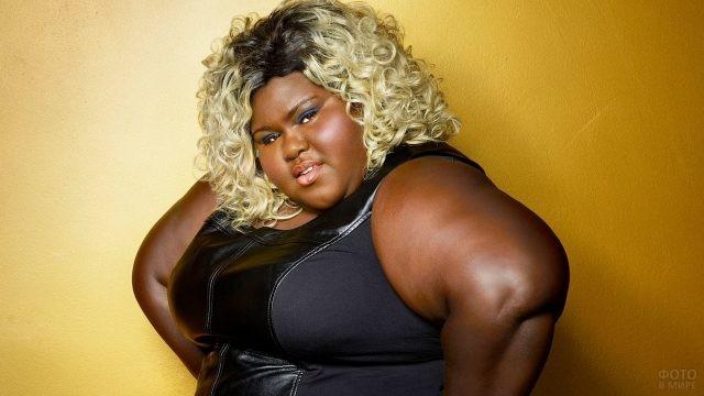 Толстая негритянка с обесцвеченными белыми локонами