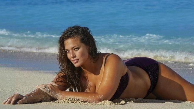 Загорелая девушка лежит на пляже