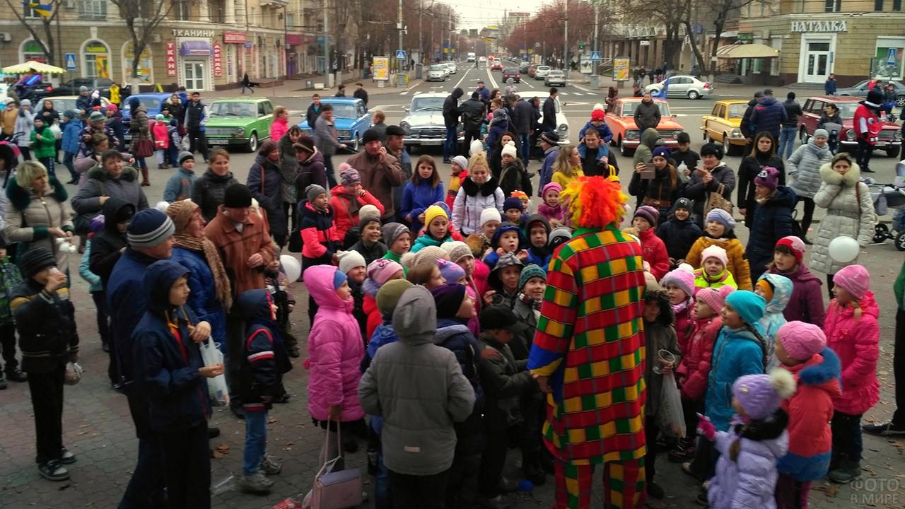 Клоун-аниматор веселит детей на площади