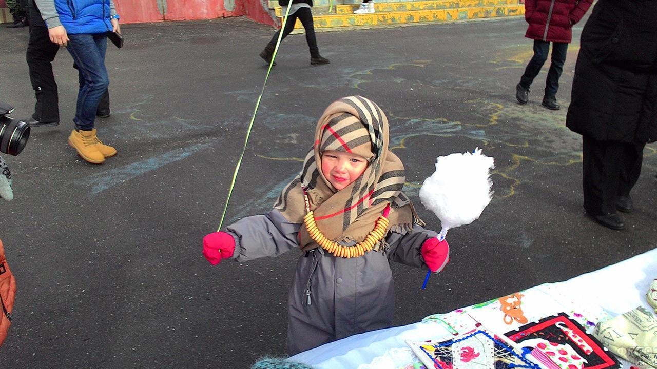 Малышка в платке на благотворительной ярмарке