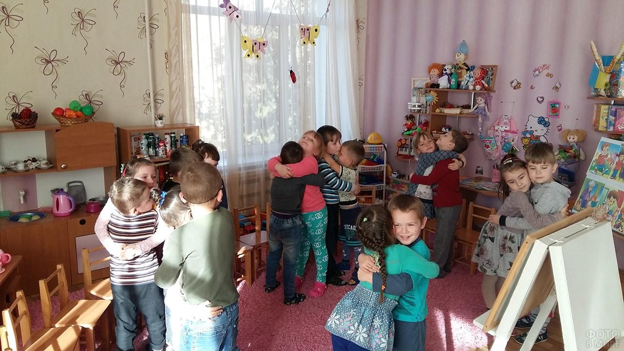 Обнимающие друг друга дети в садике