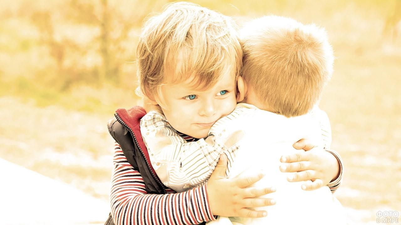 Обнимающие друг друга малыши