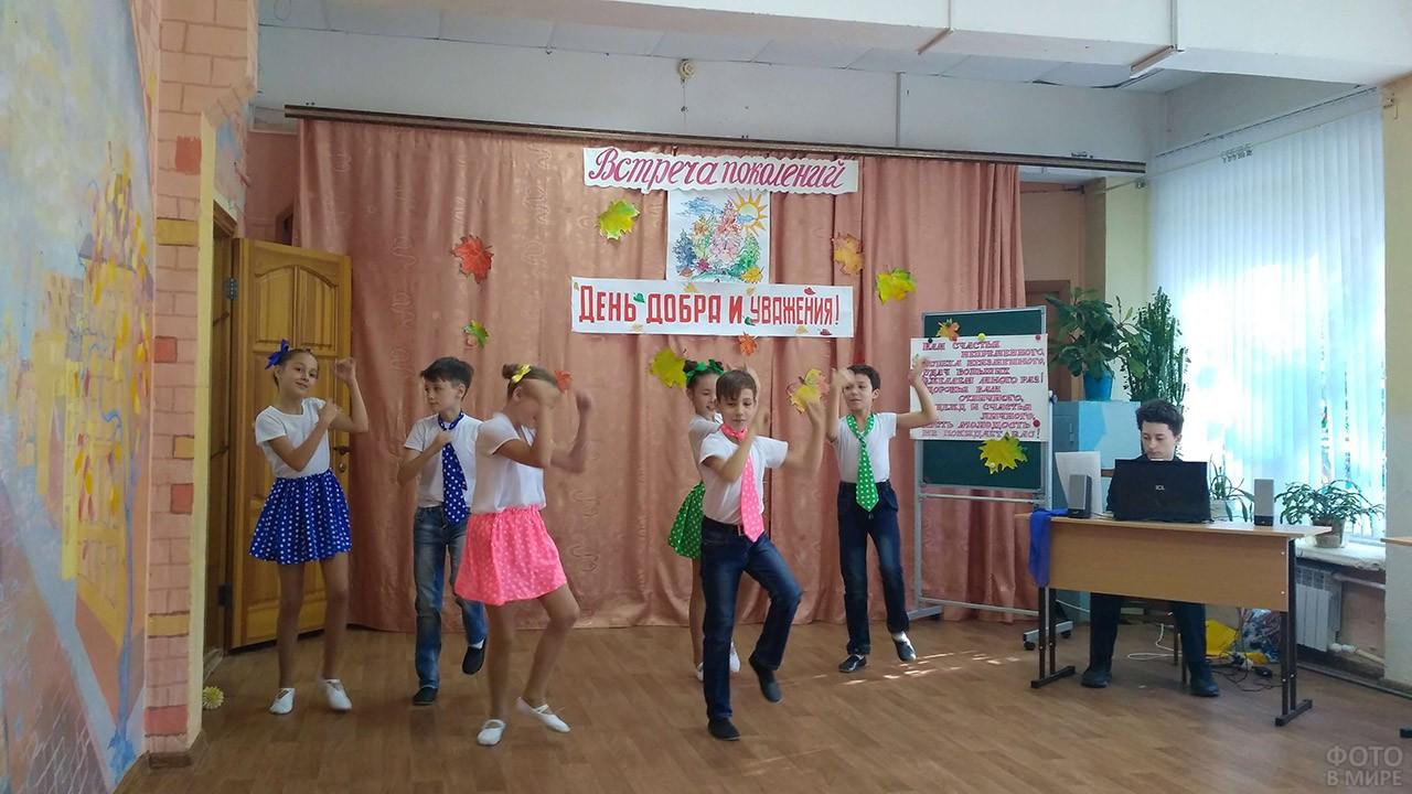 Школьники танцуют во время концерта