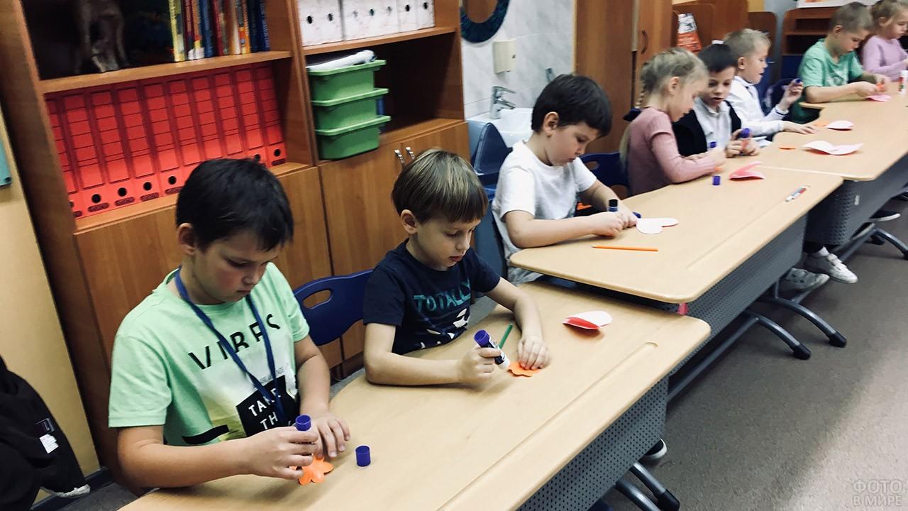 Ученики младших классов делают открытки на Уроке доброты
